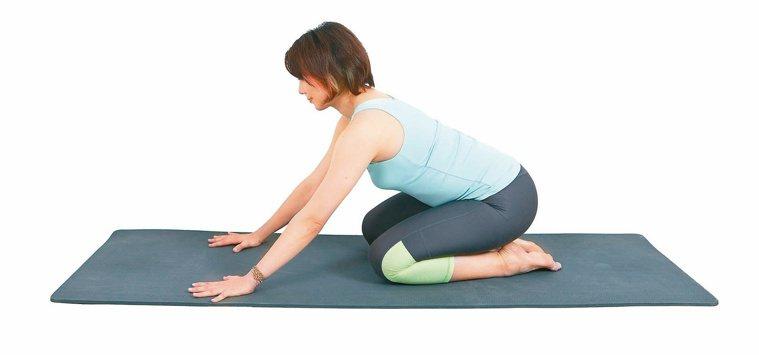 背肌延展局部肌群舒緩操1。圖/資料夾文化提供