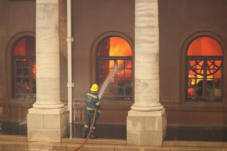 這場大火導致歷史悠久的賈格爾圖書館被毀。路透