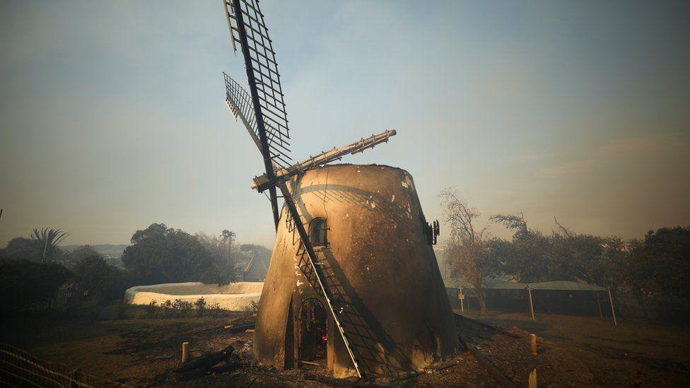 有225年歷史、南非最古老的莫斯特風車也遭焚毀。路透