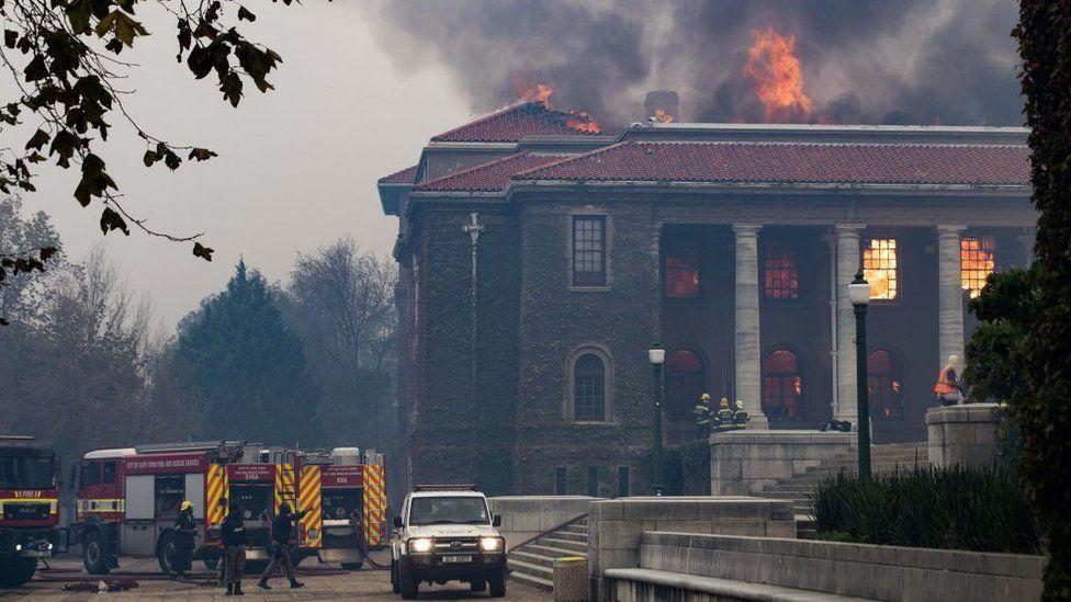 消防部門表示,起火原因可能是附近一名遊民所生的營火所致,火勢順著風勢和乾燥灌木叢...