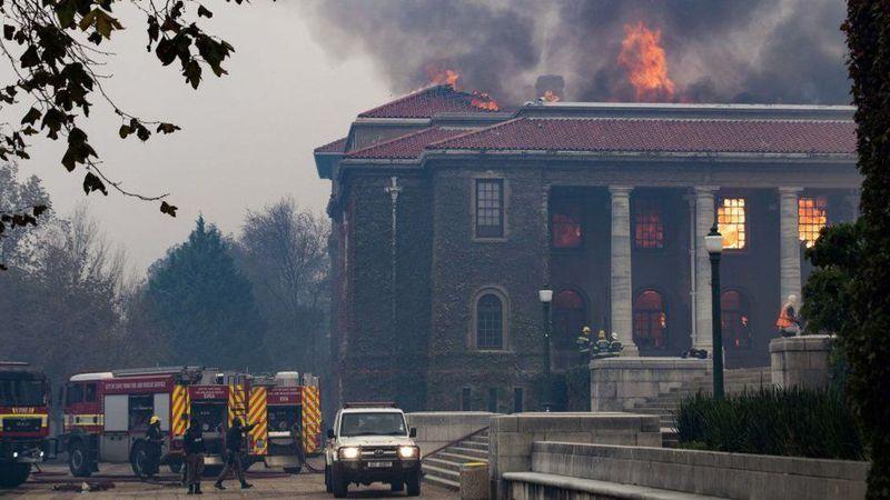 消防部門表示,起火原因可能是附近一名遊民所生的營火所致,火勢順著風勢和乾燥灌木叢蔓延至倚峰而建的開普敦大學校園。路透