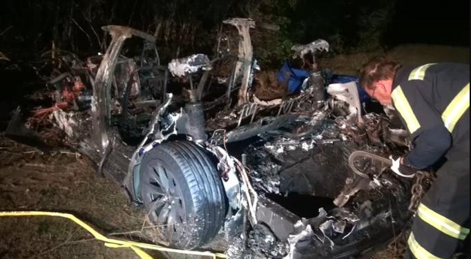 美國德州傳出一起特斯拉電動車衝撞路邊大樹後燒毀事故,導致車上2人喪命、特斯拉車身...