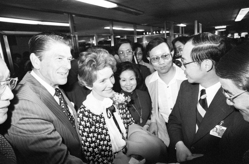 1978年04月19日,美國前總統雷根(左)當時以前加州州長身分偕夫人,搭乘華航班機飛抵台北,進行3天私人訪問。圖/聯合報系資料照片