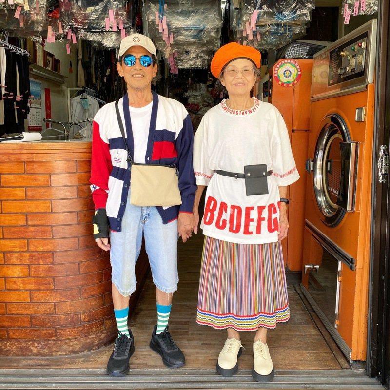 阿公張萬吉和阿嬤許秀娥成為長輩級的國際網紅,背後推手是孫子張瑞夫。/萬秀洗衣店提供