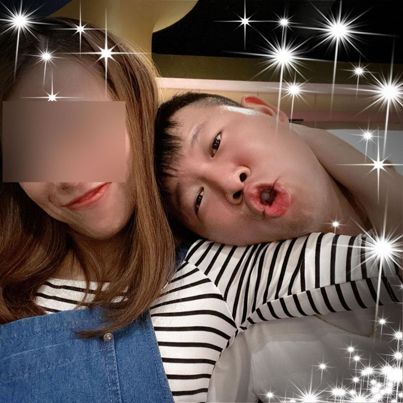 殉職飛官潘穎諄(右)父親深夜貼出兒子夫妻和他愛子幼年照片照片。圖/取自當事人臉書