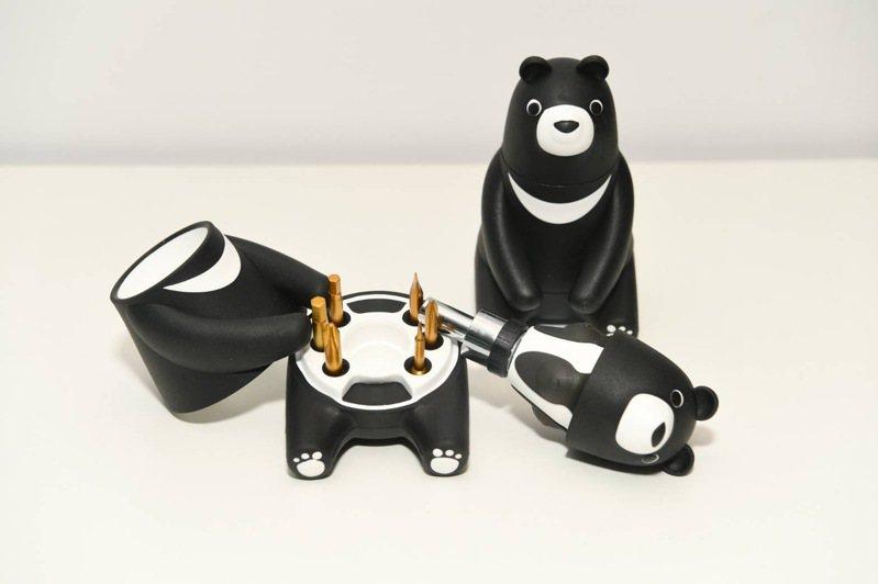 中鋼公司今年股東會紀念品千呼萬喚已出爐,是外觀為可愛黑熊「熊愛台灣棘輪起子工具組」。圖/中鋼提供