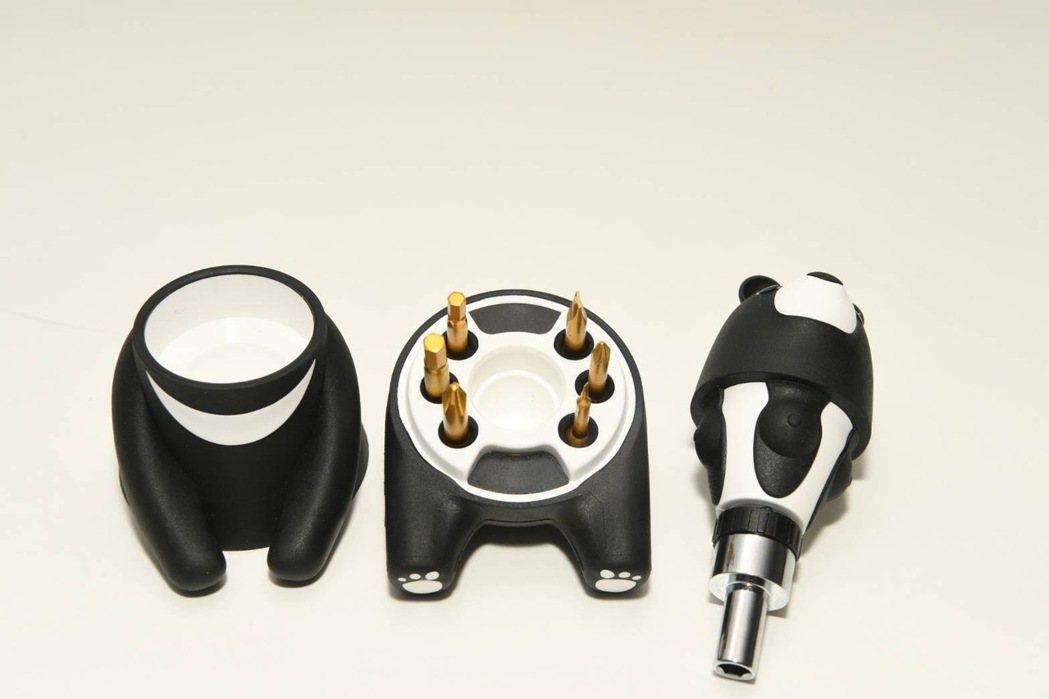 中鋼公司今年股東會紀念品千呼萬喚已出爐,是外觀為可愛黑熊「熊愛台灣棘輪起子工具組...
