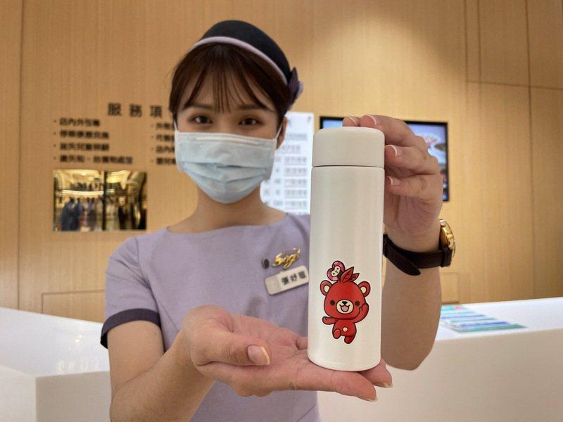 新竹SOGO百貨生日慶第一波來店禮推出「ThanQ攜帶型保溫瓶」。圖/新竹SOGO提供