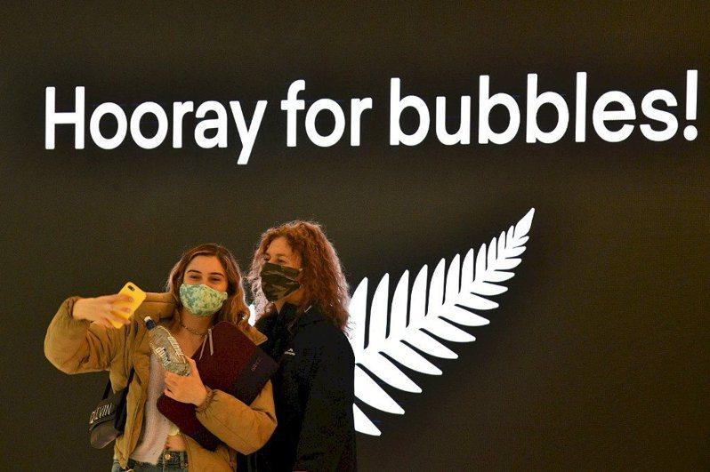 澳洲與紐西蘭今天寫下疫情里程碑,開始實施邊境開放的「旅遊泡泡」,讓澳洲居民1年多來首度得以在不必隔離2周的情況下入境紐西蘭。法新社