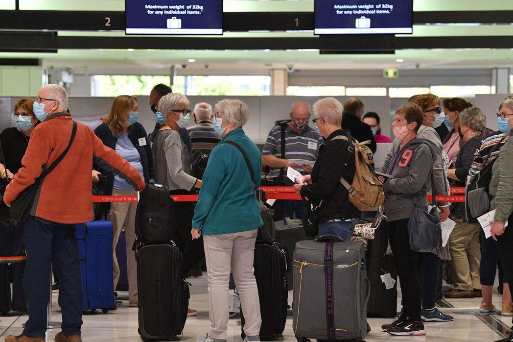多家外國電視畫面顯示,澳洲機場國際線出境航站擠滿「數以百計旅客」。法新社