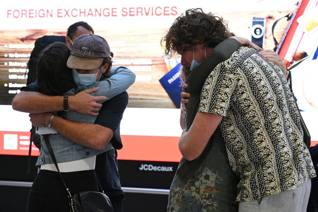 數以百計乘客湧入機場,而分隔兩地的家人也終於可以團聚。法新社