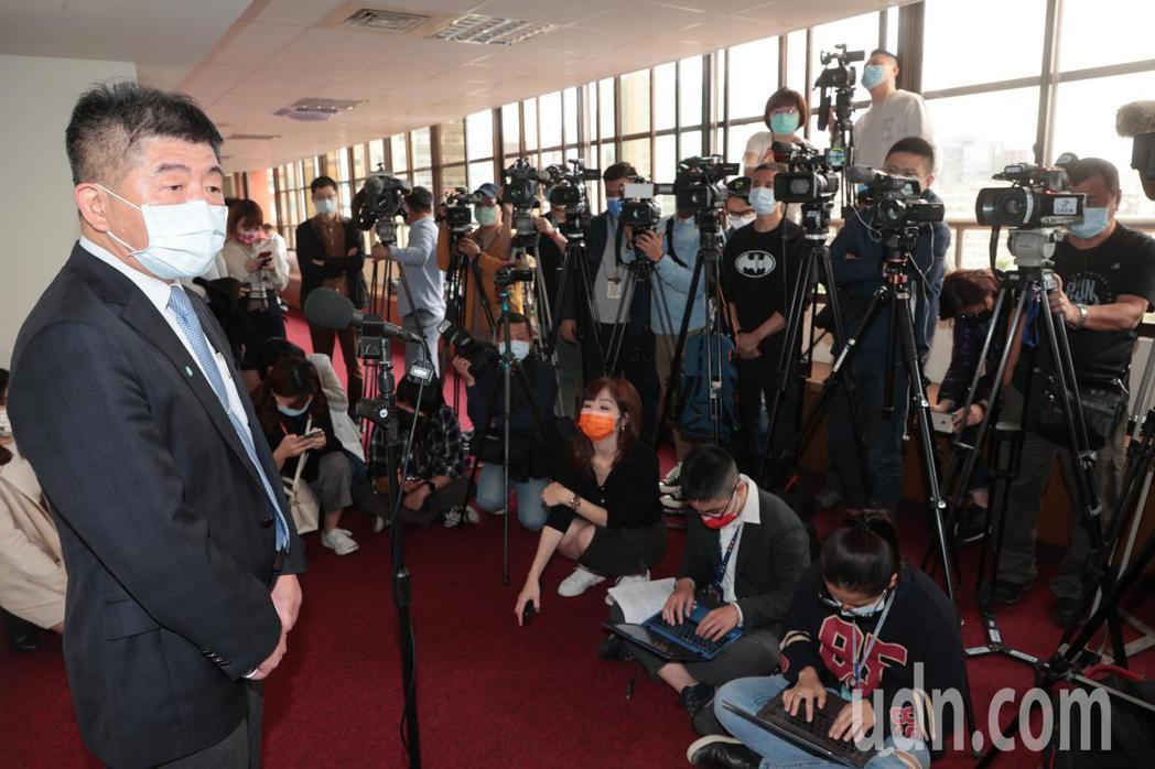 衛福部長陳時中(左)上午前往立法院社會福利及衛生環境委員會就「0402台鐵408...