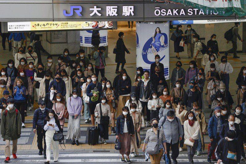 日本大阪新冠肺炎疫情急速擴大,近日,將讓中央提起大阪第三度進入緊急狀態。美聯社