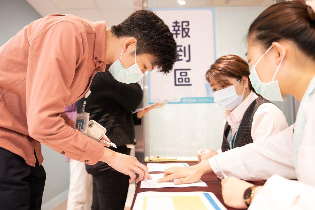 新冠肺炎疫苗今起開放有出國需求等民眾預約自費接種,東元綜合醫院已有超過百人預約。...