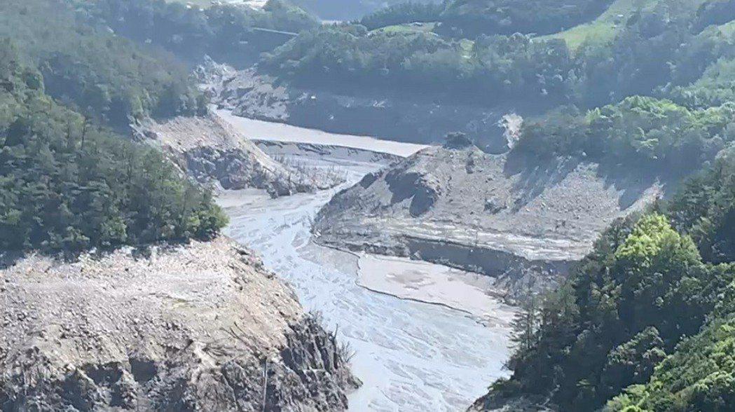德基水庫蓄水量到今天早上為止,只剩3.73%,上游河床一片乾涸。記者游振昇/翻攝
