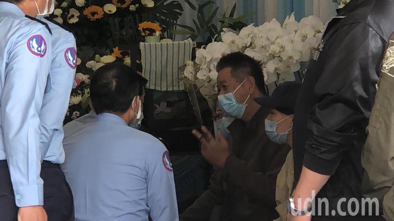 空軍司令熊厚基今天到台東市立殯儀館弔唁飛官潘穎諄,慰問家屬。記者施鴻基/攝影
