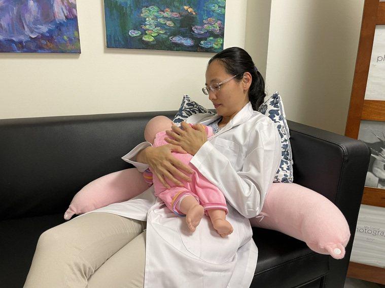 中醫大學新竹附醫婦產科國際認證泌乳顧問許馨予建議媽媽可以嘗試半躺臥姿勢餵奶,在身...