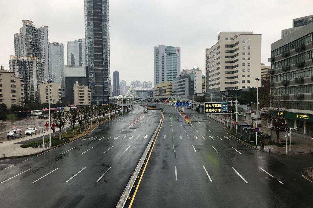 圖為武漢去年1月26日市區景象。當時武漢封城後,這座擁有近千萬人口的大城市,瞬間...
