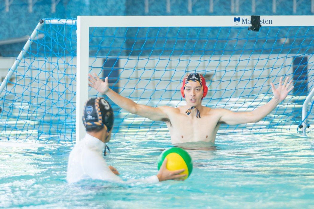 曹佑寧在水球賽上認真防守。圖/三立提供