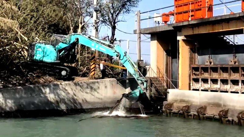 水利處委外廠商進行打撈。記者蔡維斌/翻攝