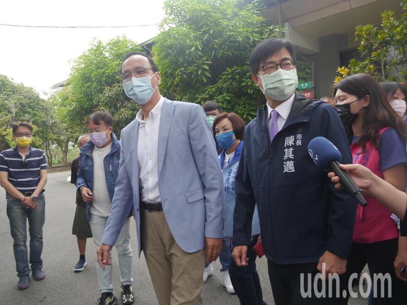 國民黨前主席朱立倫(左)與高雄市長陳其邁(右)同框參與公益活動。記者徐白櫻/攝影
