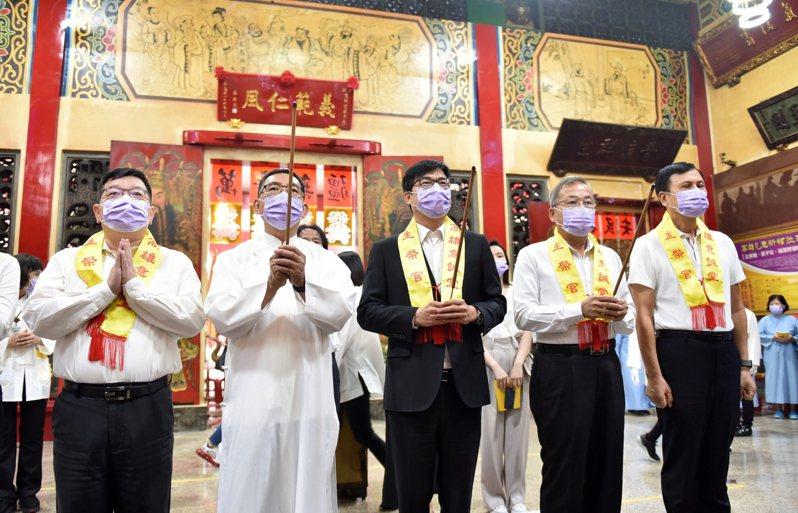 高雄市長陳其邁(中)今到意誠堂參加祈雨祈福祭典。記者蔡孟妤/攝影