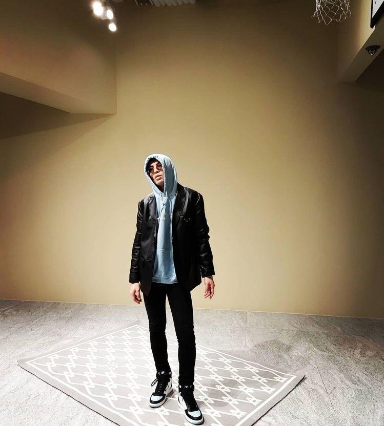 蕭敬騰穿Prada三角Logo夾克。圖/摘自IG