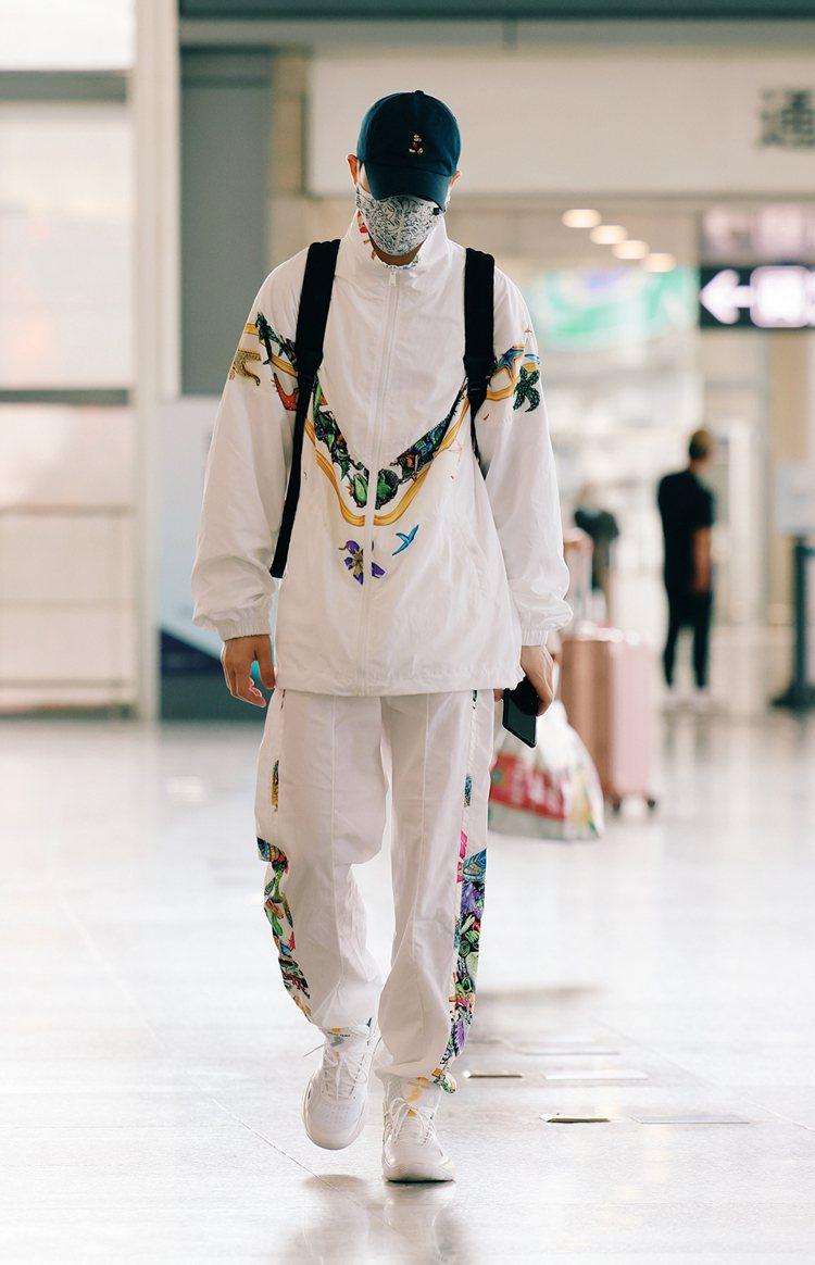 蕭敬騰穿Versace春夏系列展現機場時尚。圖/Versace提供