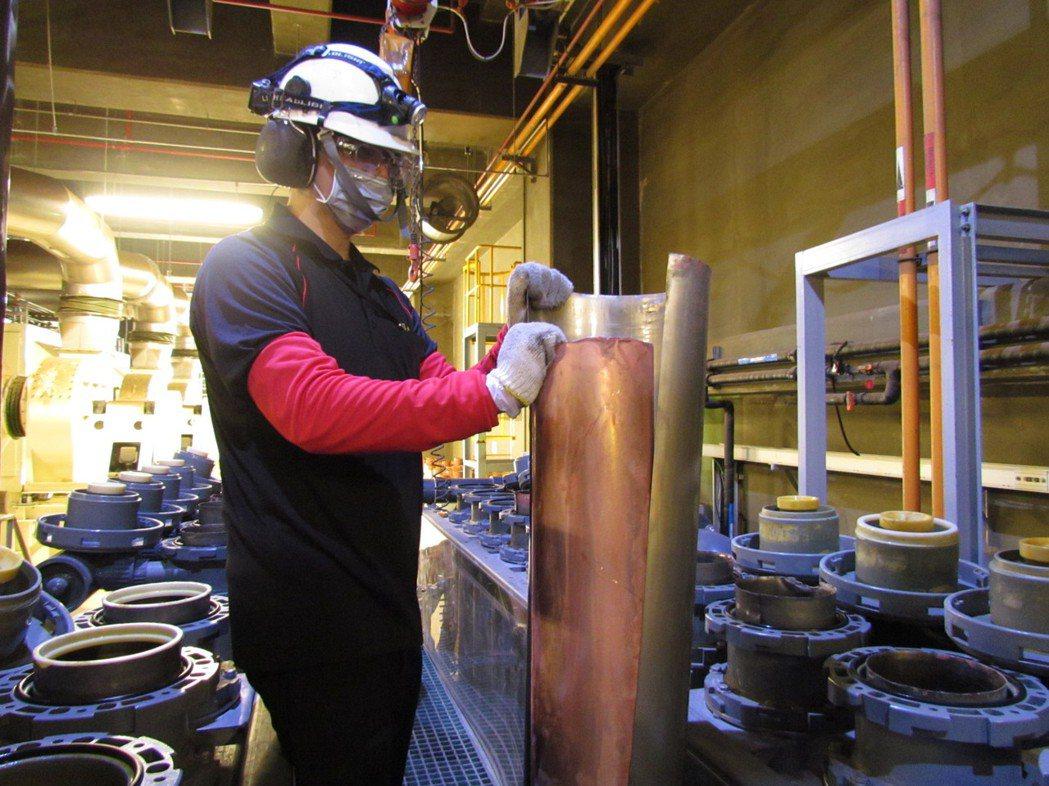 友達將廢棄物轉化成有效的工業或民生原物料,圖為廢銅液淬鍊後再製成純度極高的銅管。...