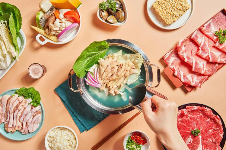 樂崎火鍋推出「藍眼淚雞湯鍋」,每套580元。圖/樂崎火鍋提供