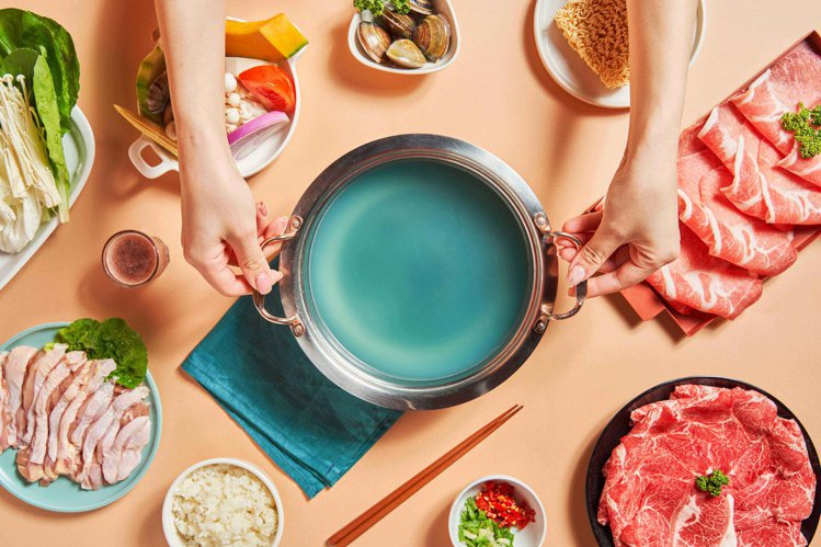 雞湯中添加蝶豆花花青素,增添浪漫色彩。圖/樂崎火鍋提供