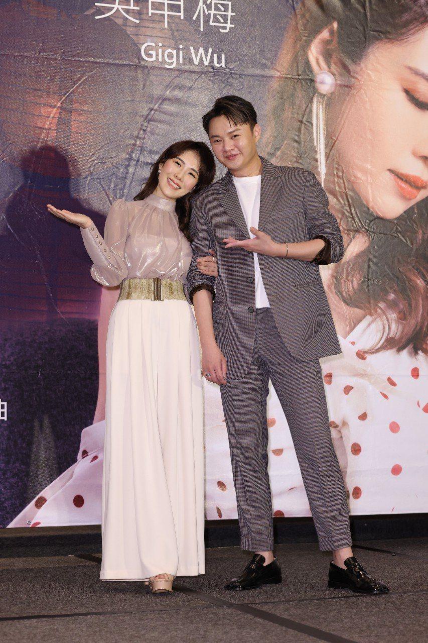 吳申梅(左)感謝許富凱站台力挺。記者沈昱嘉/攝影