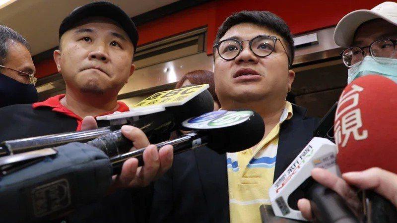 「皇家傳承」牛肉麵店總經理陳家斌(左)及副總經理陳宏銘(右)去年因牛肉麵事件接受...