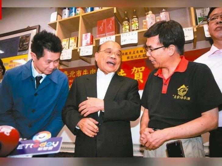 行政院前發言人丁怡銘(左)去年引發「牛肉麵風波」,行政院長蘇貞昌(中)還帶著他向業者道歉。圖/報系資料照片