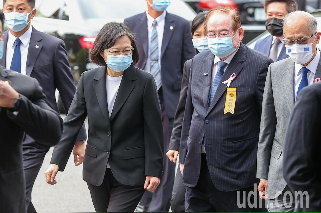 考試院前院長許水德辭世,今天下午舉行告別式,蔡英文總統(左二)在國民黨秘書長李乾...