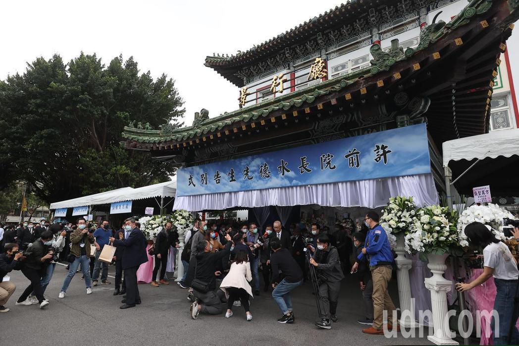 國民黨中評會主席團主席、考試院前院長許水德辭世,今天下午於台北市第一殯儀館舉行告...