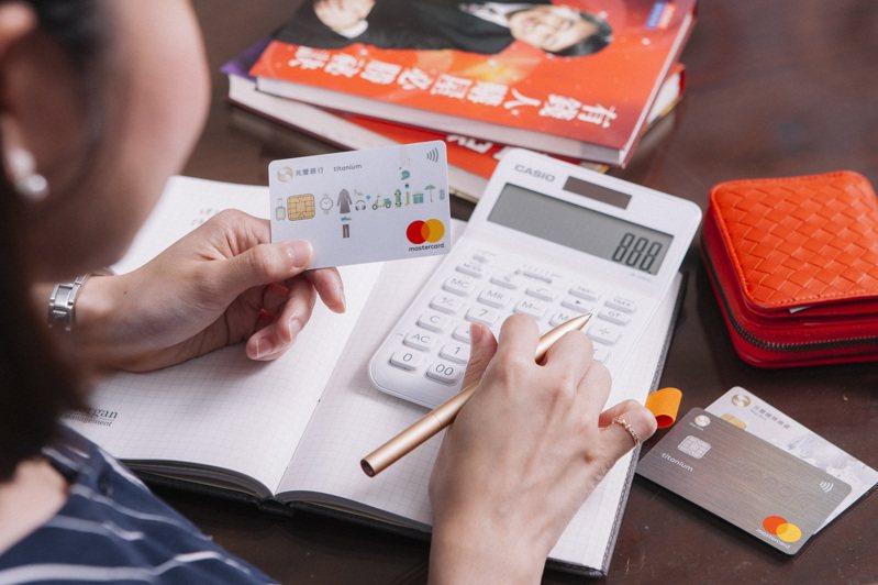 房屋稅刷兆豐卡,滿額享0.25%回饋,前300名再送鳳梨一箱。圖/兆豐銀行提供