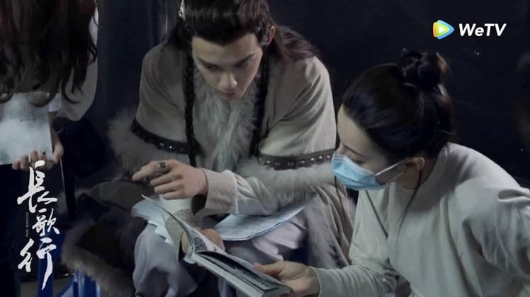迪麗熱巴(右)吳磊演出「長歌行」拿劇本對戲模樣。圖/WeTV海外站提供