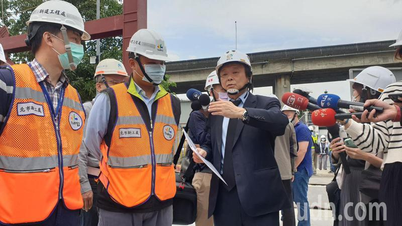 北市議員王世堅今前往第一果菜市場及魚市場改建現場勘查,發現原訂4月完成的工程展延至7月。記者胡瑞玲/攝影