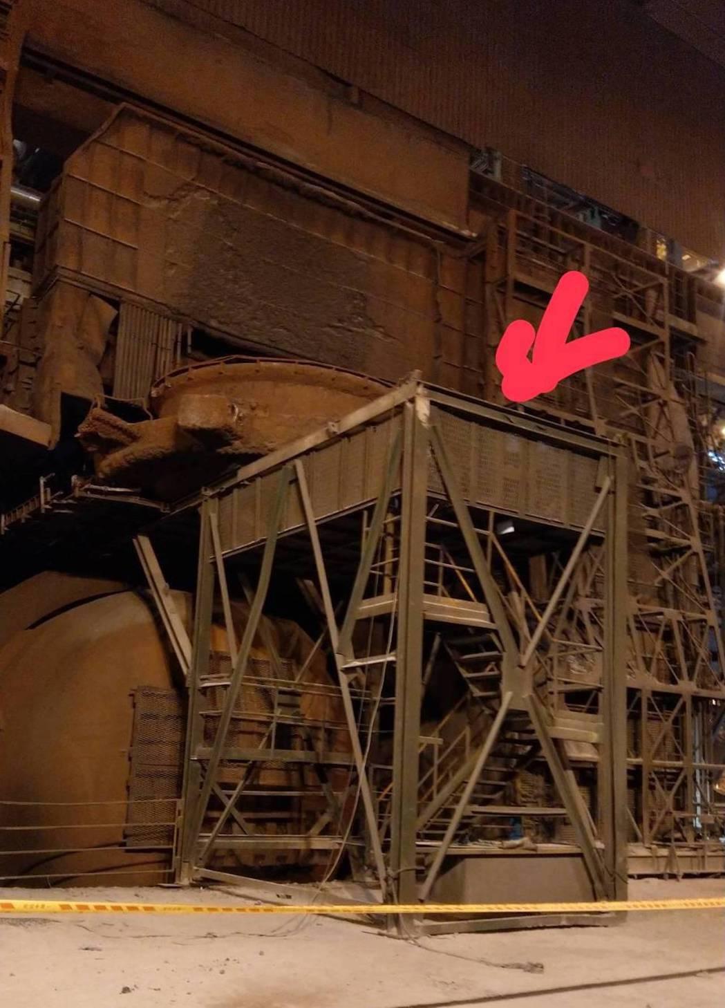 中鋼機械協力商所僱勞工於中鋼公司4號轉爐拆卸轉爐上方裙部護罩時,一名維修人員被捲...
