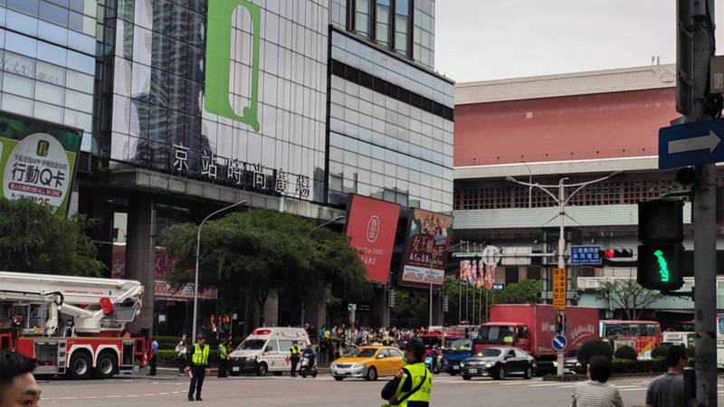君品酒店於15日下午發生火災意外,現場有消防車輛到場搶救。圖/讀者提供