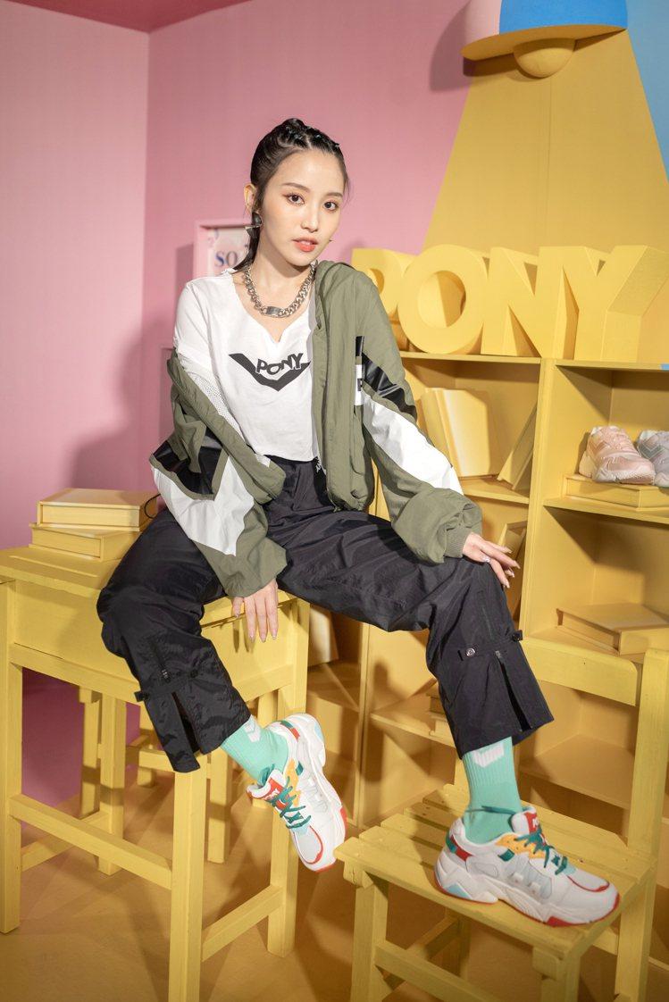 PONY品牌大使蔡瑞雪演繹MODERN 3電光鞋。圖/PONY提供