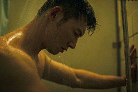 公視大戲「火神的眼淚」19日發布由韋禮安創作的片頭曲「因為是你」90秒片花MV搶先聽,呼應他的創作理念,MV 中主要演員們在工作中面臨挫折、情緒掙扎的畫面一一呈現,其中溫昇豪還有赤裸上半身淋浴畫面,...