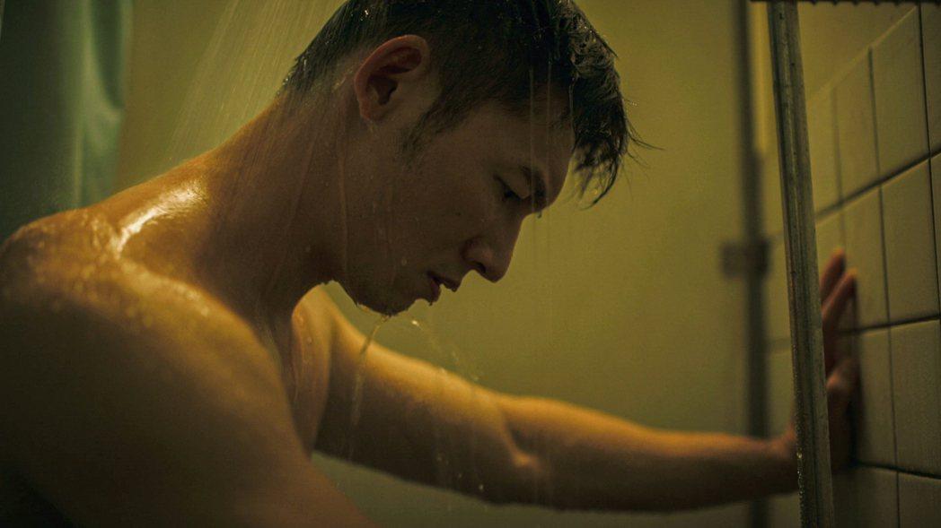 溫昇豪在「火神的眼淚」中赤裸上半身淋浴。圖/公視、myVideo提供