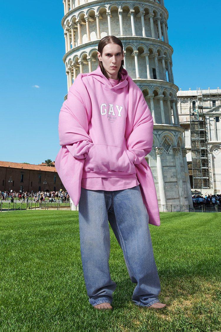 模特兒被後製在比薩斜塔、巴黎凱旋門、米蘭大教堂、俄羅斯紅場等熟悉的景點前面,有種...