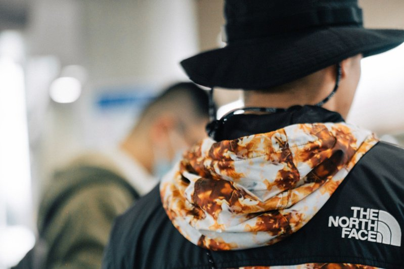 THE NORTH FACE首度與咖啡品牌DOE合作,打造了一系列「超醒腦」聯名系列服飾。圖/THE NORTH FACE提供