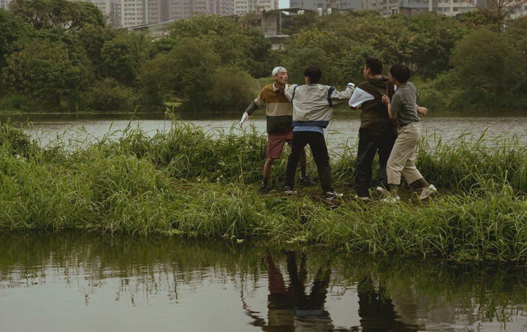 大鶴(左)演出影集「池塘怪談」。圖/金盞花大影業提供