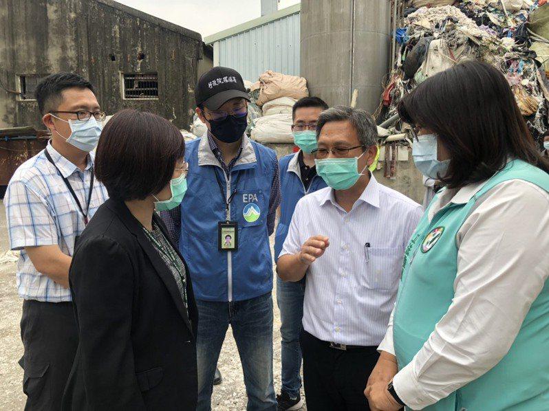 王美惠(右一)今天邀請環保署南區督察大隊、嘉義市環保局等單位,到嘉義市青年街塑膠工廠廢料堆積處會勘。記者卜敏正/翻攝