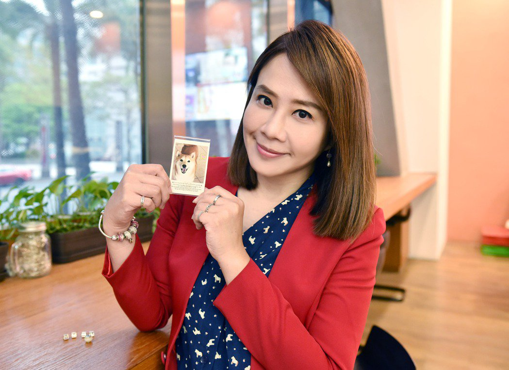 Yumi離世後,TVBS主播秦綾謙將其骨灰製作成手鍊串珠紀念。圖/TVBS提供