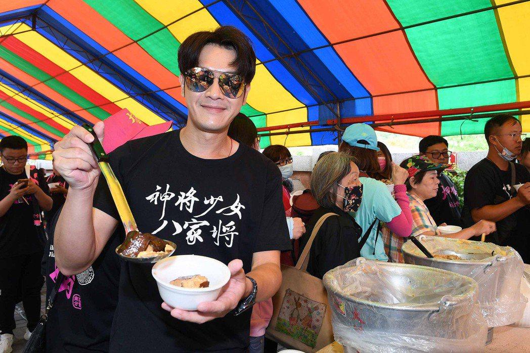 張勛傑首次參與大甲媽祖遶境體驗羅漢餐。圖/華視提供